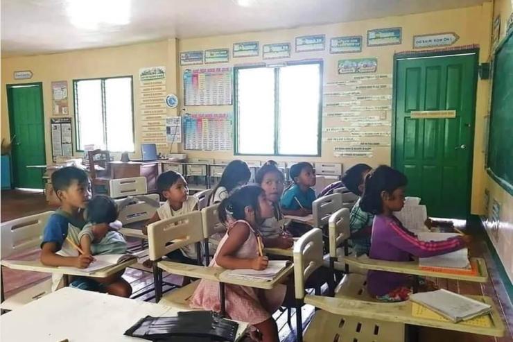 Tấm gương về tinh thần ham học của cậu bé Philippines